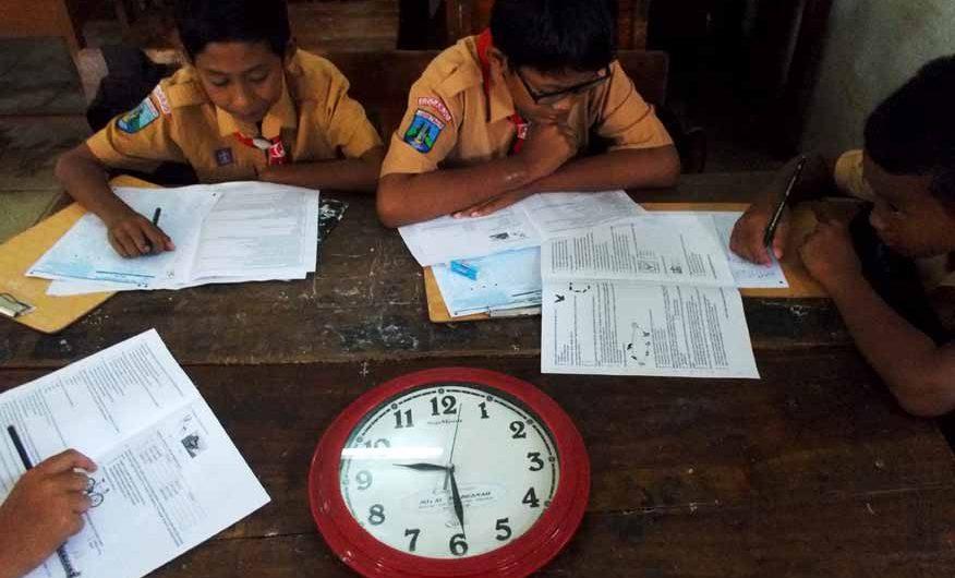 Semangat Pantang Surut Meski Sekolah Tergenang Banjir
