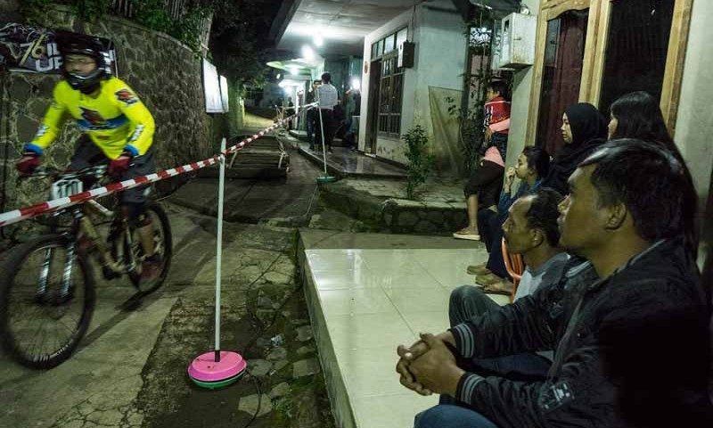 Adu Cepat di Night Urban Downhill