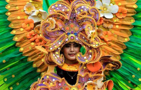 Warna-warni Kota di Parade Budaya dan Bunga