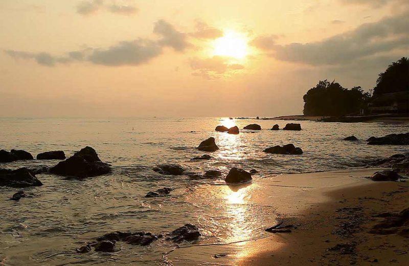 Menyapa Matahari di Pantai Penyak