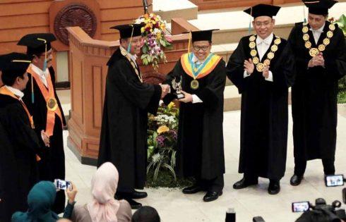 Unair Anugerahi Muhaimin Iskandar Doktor Honoris Causa