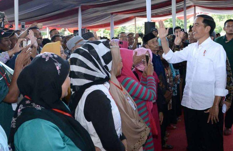 Presiden Jokowi Serahkan 10 Ribu Sertifikat di Soreang