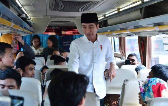 Presiden Joko Widodo Menyapa Pemudik di Terminal Bis Baranangsiang