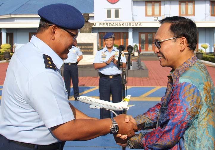 Garuda Indonesia Serahkan Boeing 737-500 kepada TNI AU