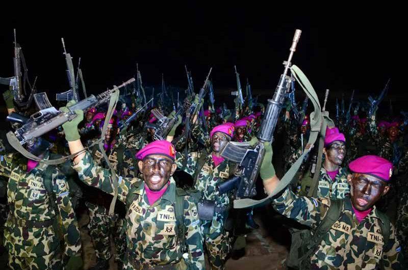 372 Tamtama Korps Marinir TNI AL Sandang Baret Ungu