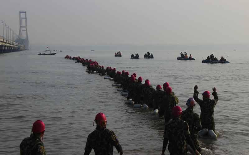 Renangi Selat Madura, Marinir Pecahkan Rekor MURI