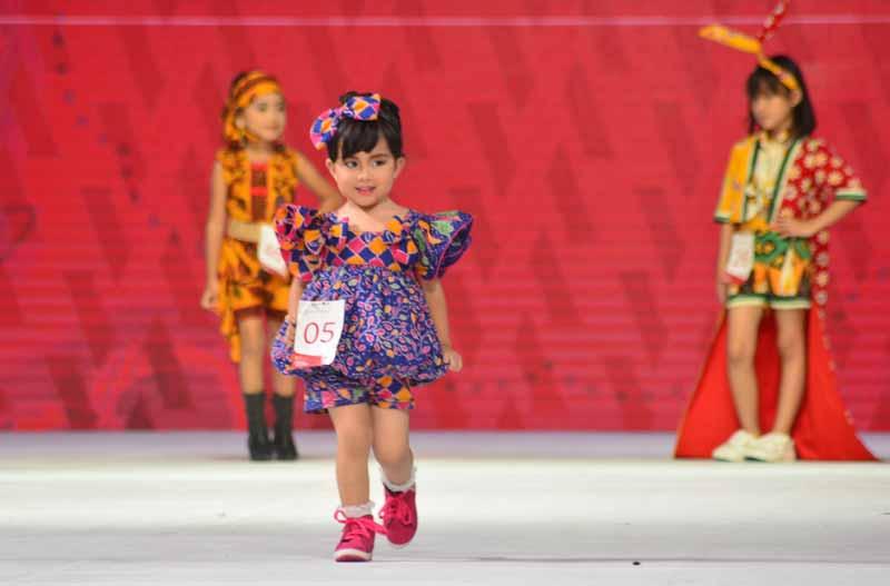 Senyum Zanetta di Ajang Surabaya Fashion Parade