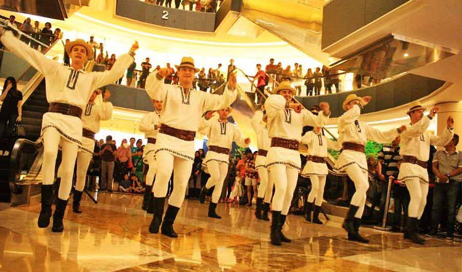 Saat Para Lelaki Rumania Menari di Tunjungan Plaza