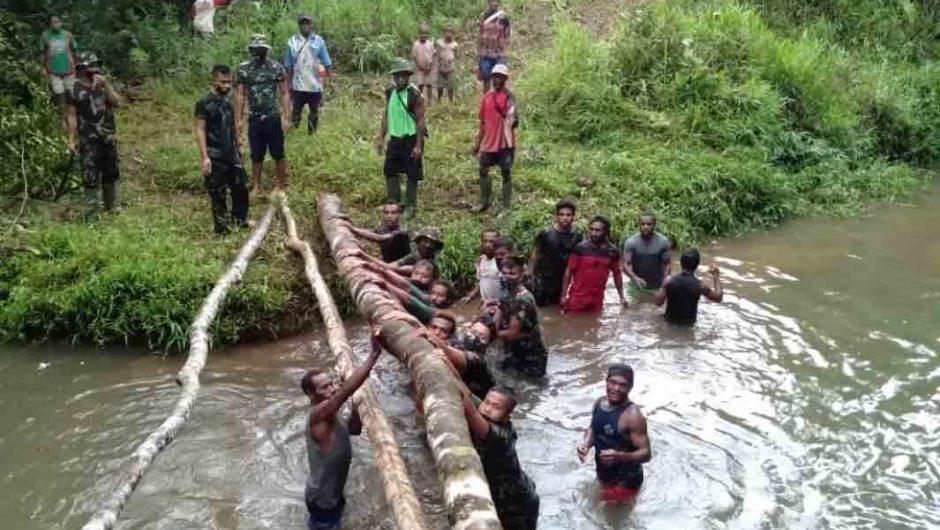 Satgas Pamtas Yonif Mekanis 516/CY buat Jembatan Penyeberangan Darurat