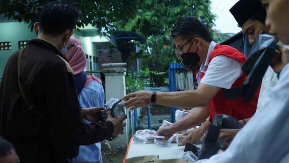 IKA Stikosa AWS, Gusdurian dan INTI Surabaya Bagikan 200 Paket Berbuka untuk Warga
